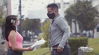 ESCANDALO en Peru por Venezolana ambulante